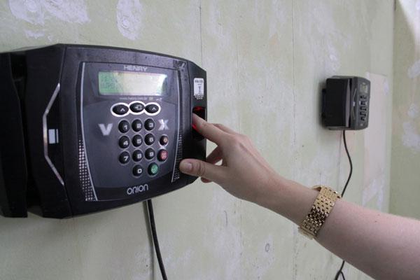 A instalação das máquinas que fazem a leitura biométrica foi iniciada em abril do ano passado. Boa parte funciona, mas algumas estão quebradas e exigem reparo