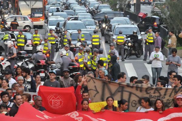Manifestantes voltam às avenidas de São Paulo, desta vez para protestar contra gastos com a Copa