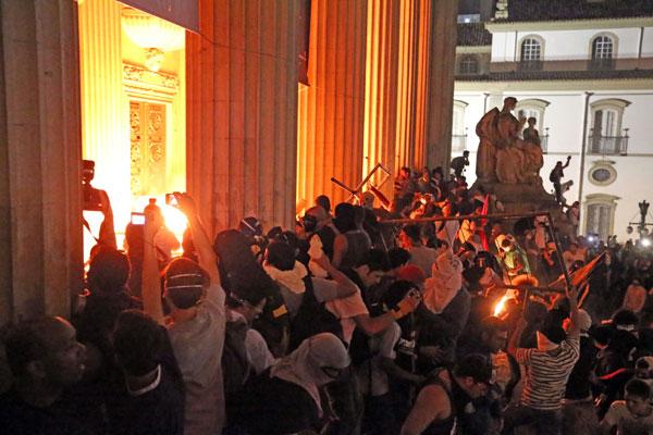 Manifestantes no Rio enquanto tentavam invadir a sede da Assembleia Legislativa: protestos