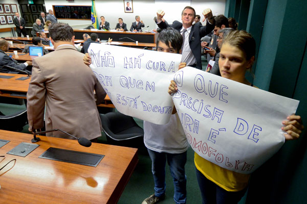 Manifestantes protestam na Comissão de Direitos Humanos da Câmara dos Deputados