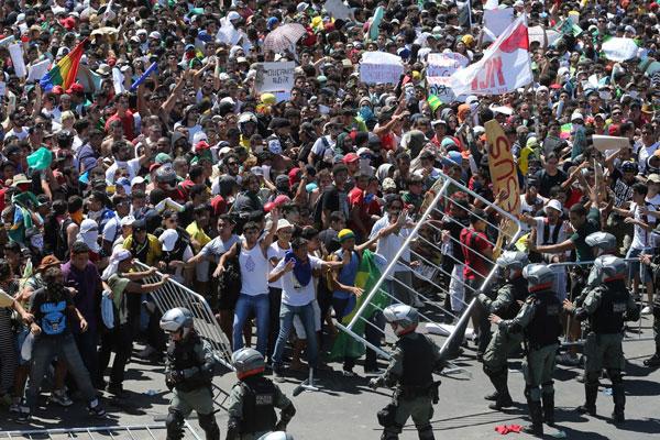 No embate do Batalhão de Choque com os manifestantes do movimento Mais Pão, Menos Circo, oito PMs também ficaram feridos