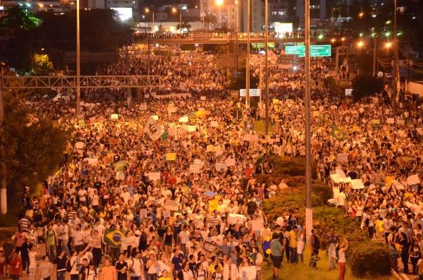 Estimativa da Polícia Militar é de 15 mil pessoas do protesto