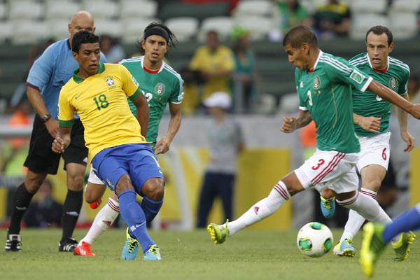 Paulinho está em tratamento com os fisioterapeutas da seleção