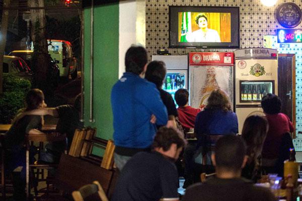 População acompanha atentamente o pronunciamento da presidenta da República em rede nacional de televisão