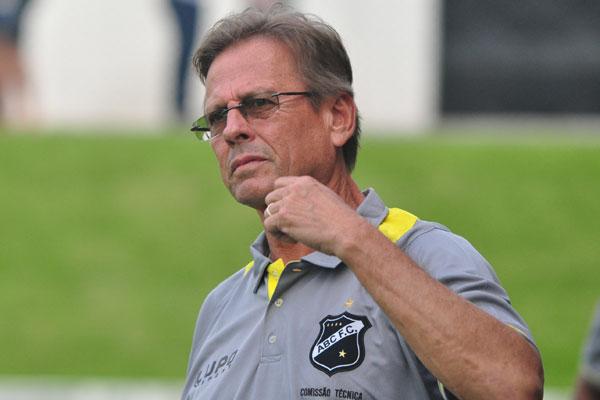 Waldemar Lemos esperava regularizar reforços para definir o time