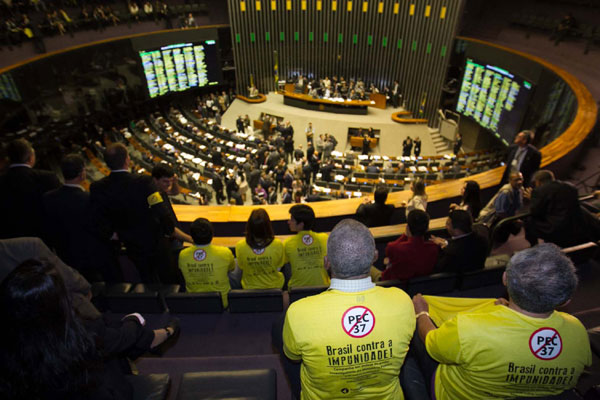 Procuradores e promotores ocupam as galerias da Câmara dos Deputados, em Brasília, para defender a rejeição da PEC 37
