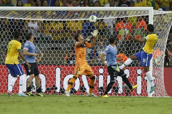 O volante Paulinho subiu bem para marcar o gol da vitória da Seleção Brasileira sobre o Uruguai