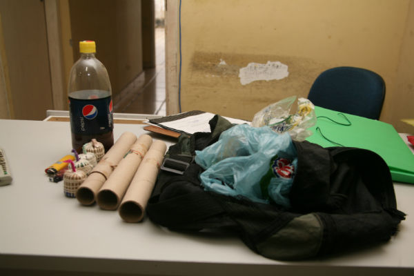 Materiais como bombas caseiras foram apreendidos pelos policiais durante protesto