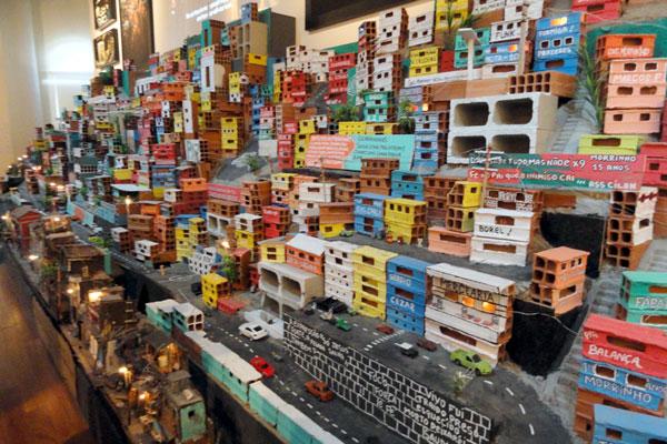 A grandiosa favela feita de tijolos é uma das três mil obras em exposição no recém-inaugurado museu público de Arte do Rio
