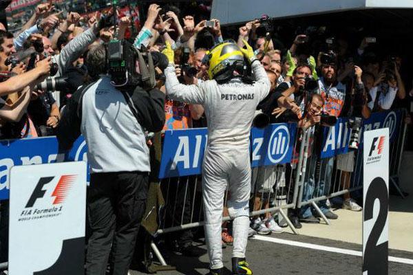 Alemão Nico Rosberg, competidor da equipe Mercedes, comemora vitória no Grande Prêmio da Inglaterra de F1