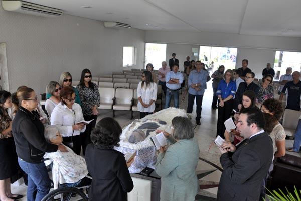 Amigos e parentes participam do velório de Aílson Bonifácio no Morada da Paz