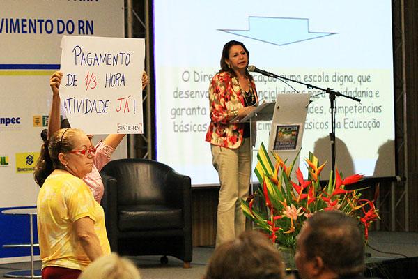 Professores ensaiam protesto durante palestra da secretária