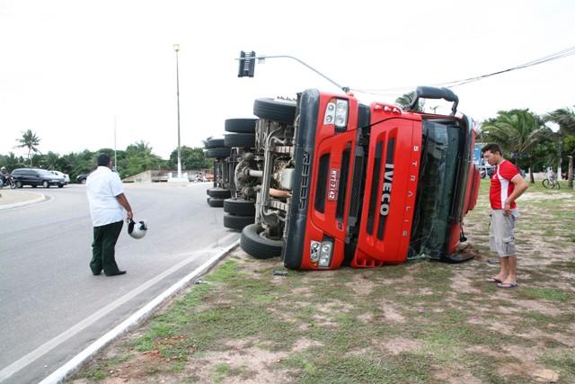 Carreta tombou em cima do canteiro e não deixou trânsito congestionado