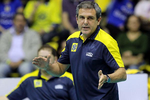 O treinador José Roberto Guimarães testa a nova formação