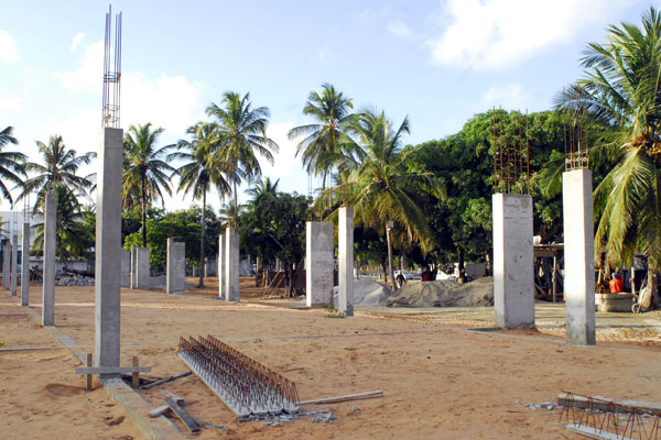 Uma das 10 unidades dos centros profissionalizantes está sendo erguida na avenida Abel Cabral, próximo à BR 101. Obras devem ser retomadas nos próximos meses e concluídas em 2014