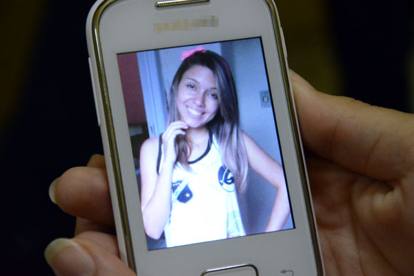 A foto de Raíssa é destaque no celular das amigas adolescentes