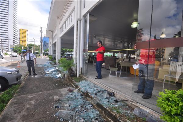 Loja teve vidros destruídos e móveis jogados na rua durante manifesto