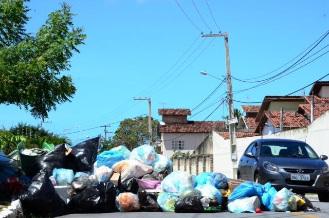 Lixo se acumula no meio da avenida Petra Kelly