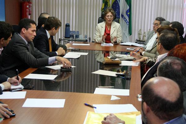 Rosalba com os secretários, na reunião de segunda-feira, busca alternativas para pagar salários