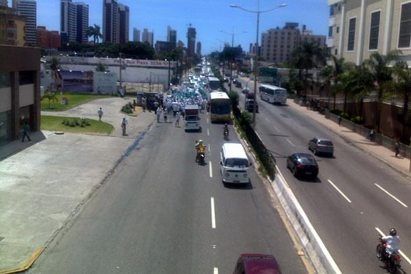 Protesto segue pela BR 101 e trânsito está congestionado