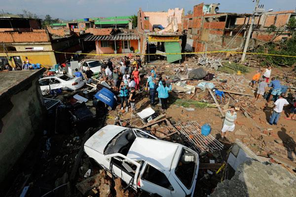 Rompimento da adutora alagou ruas, destruiu casas e deixou 70 desabrigados em Campo Grande