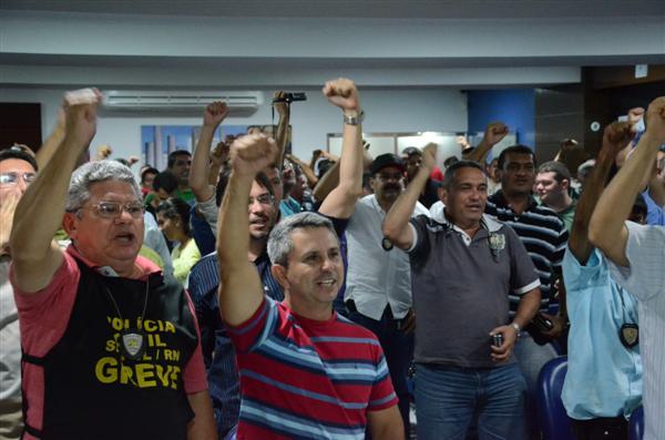 A categoria decidiu entrar em greve após uma assembleia na sede do Sinpol