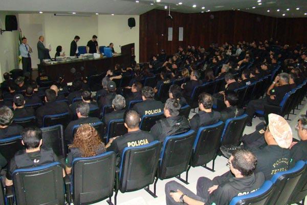 Policiais receberam instruções antes da operação