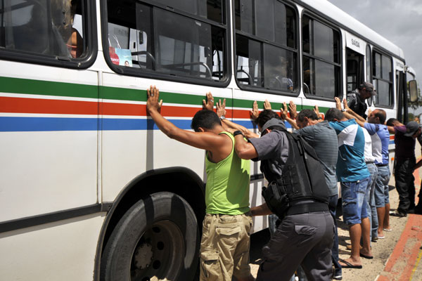 Passageiros de ônibus são revistados durante blitz no prolongamento da Prudente de Morais