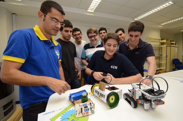 'Um Robô Por Aluno' concede 40 bolsas a alunos de graduação, professores de escolas participantes do projeto e também para estudantes dessas escolas