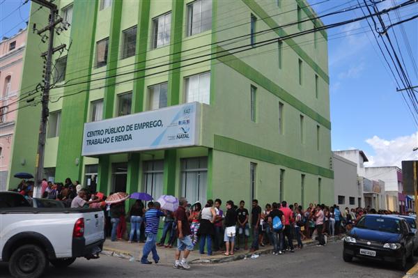 No primeiro dia de inscrições, centenas de pessoas foram ao Centro Público de Emprego, Trabalho e Renda, na Praça Padre João Maria