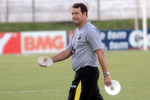 O treinador do ABC, Roberto Fernandes, pediu e recebeu reforços