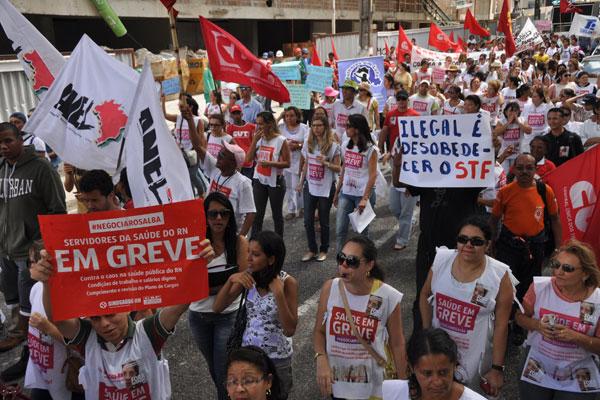 Servidores em greve fizeram ato unificado nesta sexta e caminharam até a sede do Governo