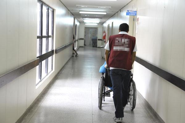 Trabalhador terceirizado em hospital de Natal: terceirizações estão no centro dos debates
