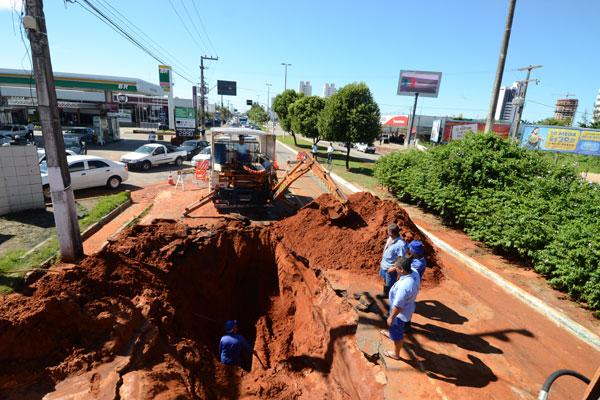 Chuvas e rompimento de tubulação da Caern deixam trecho da Av. Eng. Roberto Freire, na zona Sul, intransitável. Trânsito foi desviado e ficou engarrafado por horas