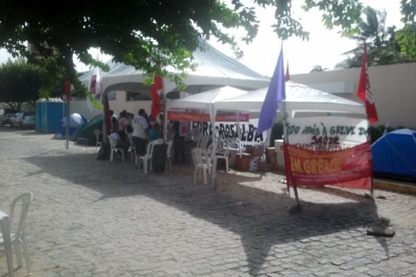 Na manhã de hoje, cerca de 20 manifestantes se concentravam em frente à residência oficial