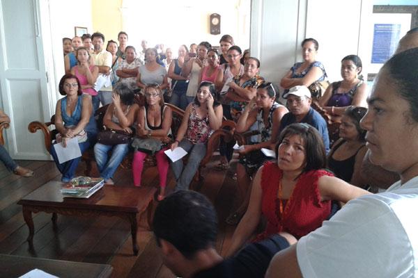 Cerca de 80 professores ocupam a sede da prefeitura de Ceará-Mirim