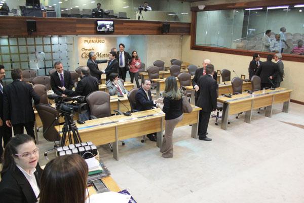 Deputados estaduais conversam sobre as implicações das divergências na base aliada do governo