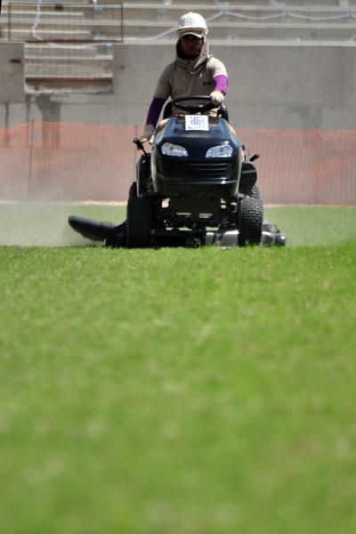 Funcionários da Arena das Dunas realizam corte no gramado