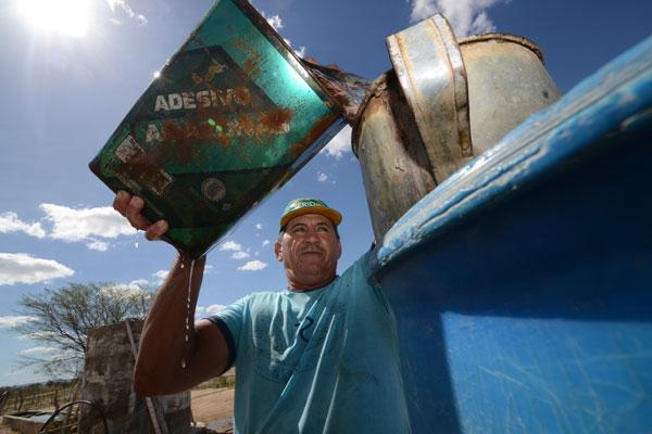 O pecuarista José Vieira recolhe água salobra para oferecer ao gado