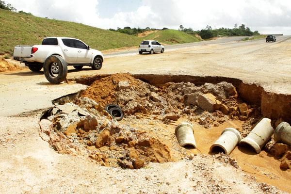 Motoristas se arriscam trafegando entre buracos e terra na via, que segue em obras e sem prazo para que os trabalhos terminem