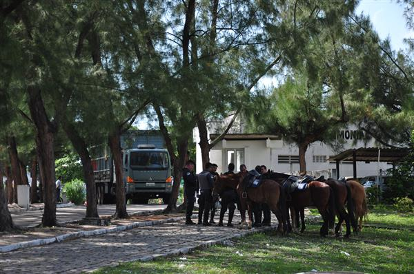 A Companhia de Cavalaria da PM está na entrada da BR-101 do Centro Administrativo, para impedir entrada de trios elétricos