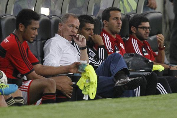 Mano Menezes assiste atônito o Flamengo ser derrotado para o Atlético PR diante da sua torcida