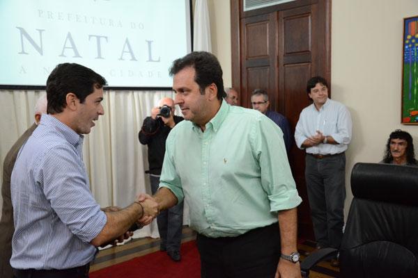 Karlley Pondofe, organizador da Meia Maratona, em encontro com o prefeito Carlos Eduardo