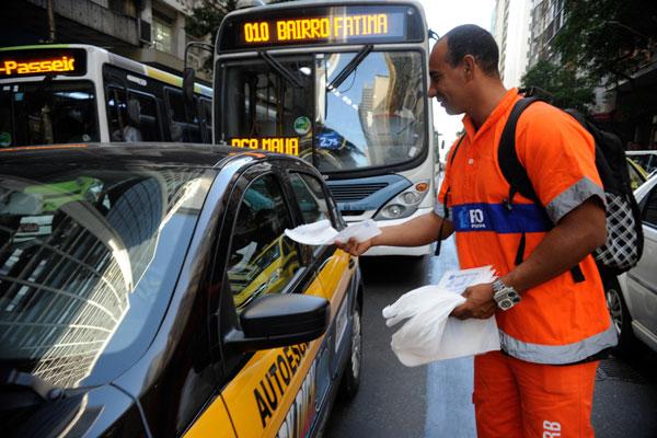 Funcionários da companhia de limpeza urbana participam de campanha de conscientização no trânsito nas ruas do Rio de Janeiro