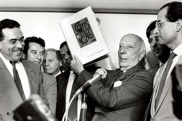 Pela atuação na Assembleia Nacional  Constituinte, o deputado Ulysses Guimarães ficou conhecido como Senhor Constituição