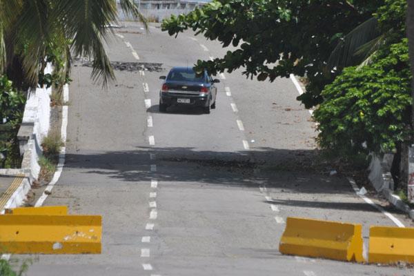 Há alguns dias, as barras de concreto foram deslocadas devido a uma colisão e não foram recolocadas