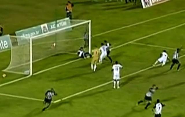 Esquerdinha, massagista da Aparecidense invade o campo de jogo e evita, por duas vezes, o gol que eliminaria seu clube da Série D