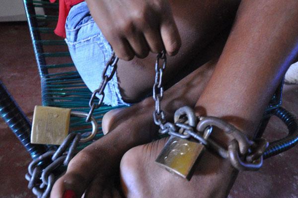 Em atitude extrema e desesperada, uma mãe acorrenta a filha de 16 anos para tentar salvá-la do mundo das drogas