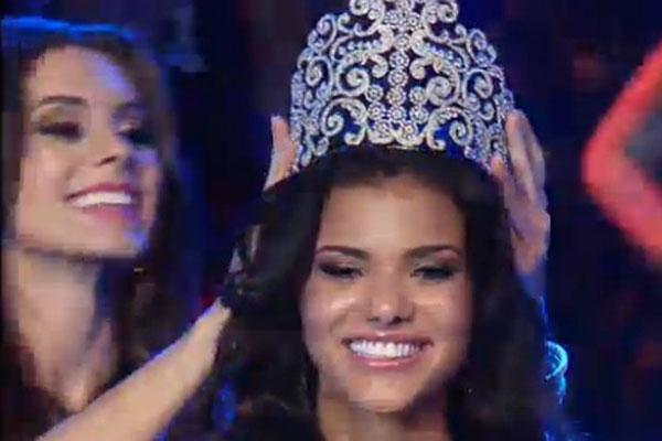 Jakelyne recebeu a coroa das mãos da Miss Brasil 2012, Gabriela Markus