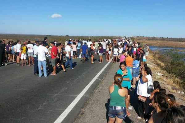 Moradores de Angicos começaram manifestação com caminhada pela cidade e depois seguiram para a BR-304